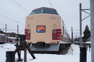 河口湖駅で発車を待つJR東日本189系ホリデー快速