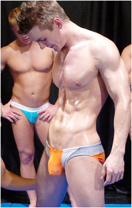 Hot men in their pants.: Saturday Side Bulge