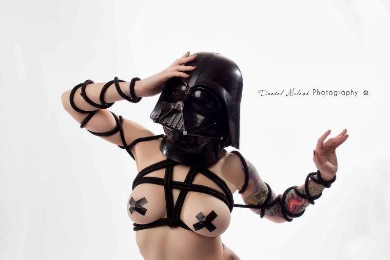 Cosplay Darth Vader seins nus et bondage