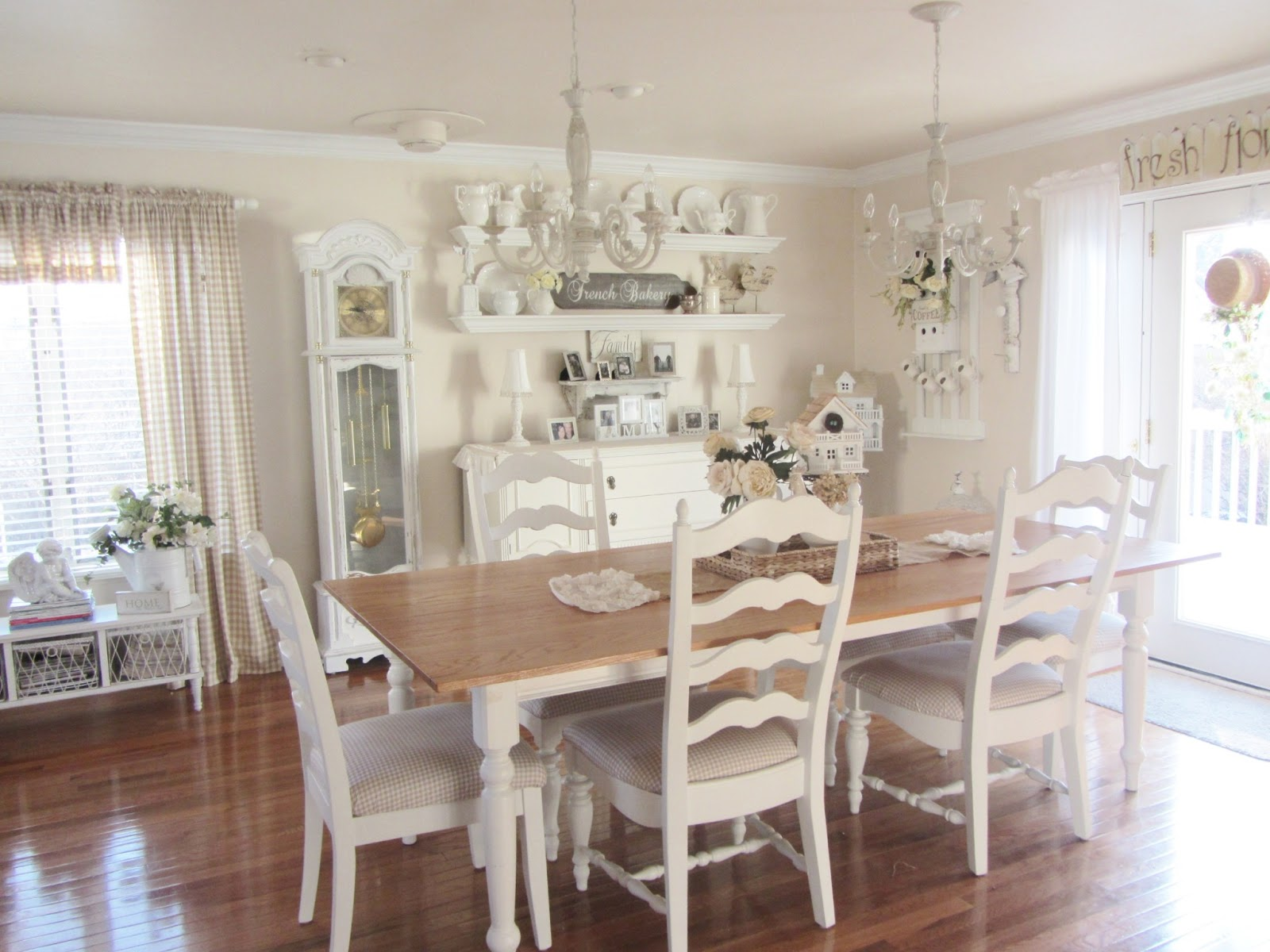 Junk chic cottage for Vintage style dining room ideas