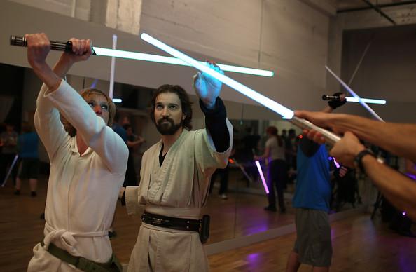 BLOCH (kiri) dan Carauddo (kanan) menunjukkan aksi pedang bercahaya.