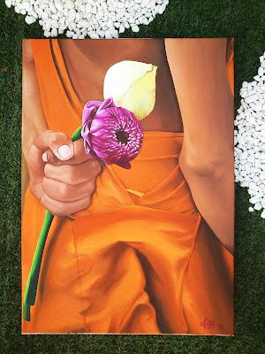 Espalda de mujer con túnica naranja que sostiene dos flores, al óleo
