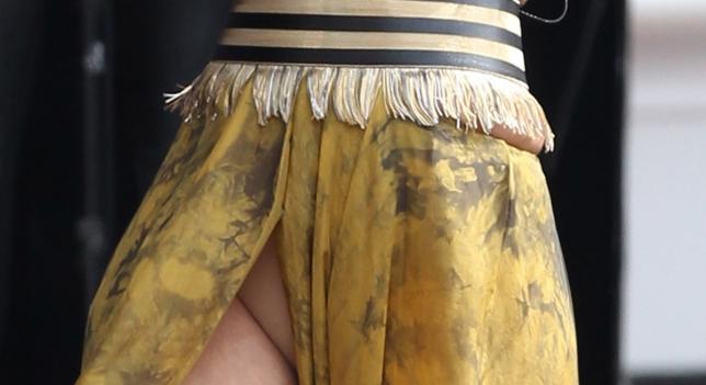 Miley Cyrus Piernotas en minifalda! FAMOSAS