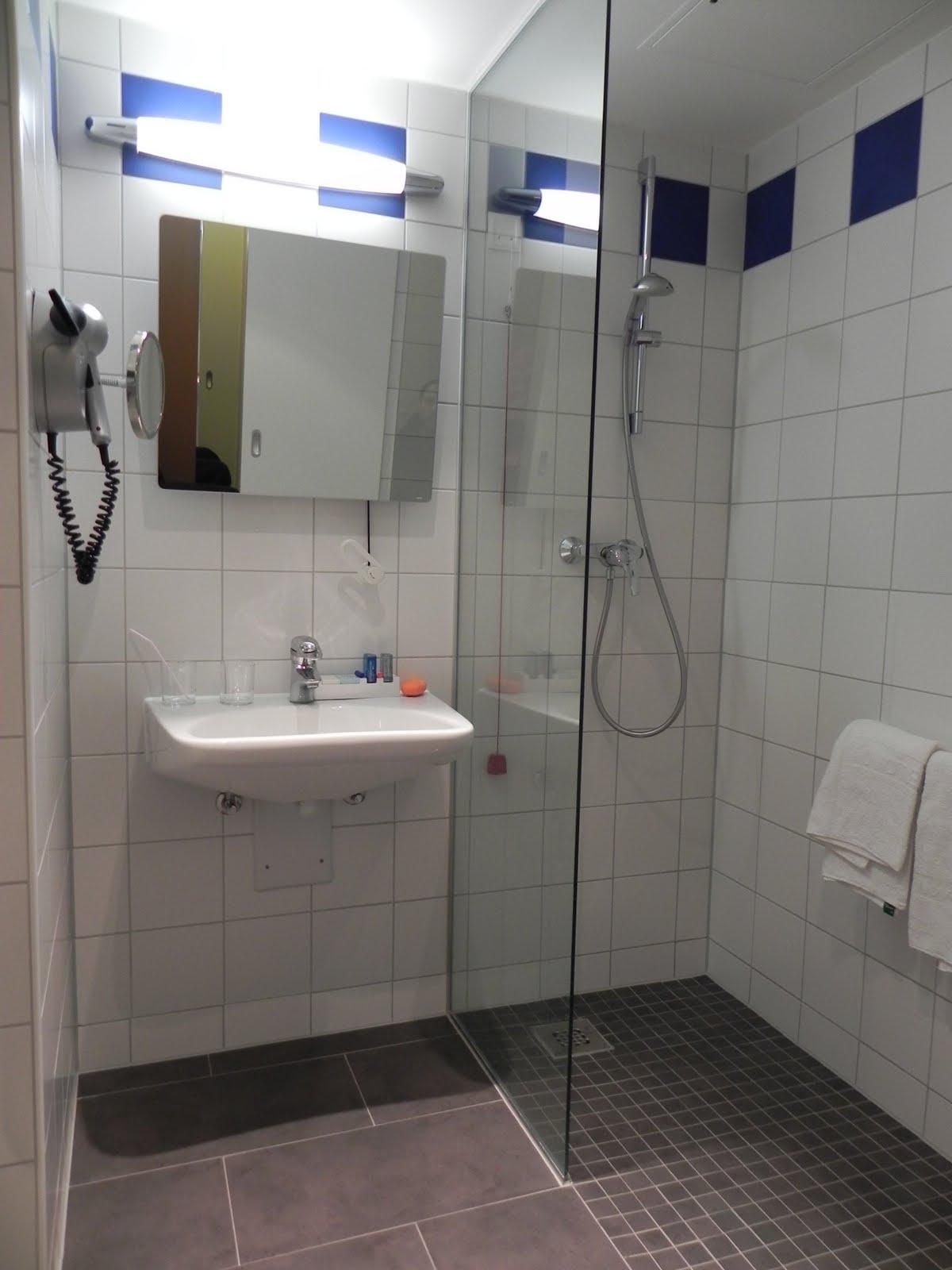 revestimento do piso é firme estável e antiderrapante. Na área de  #384F93 1200x1600 Acessorios Para Banheiro Hotel