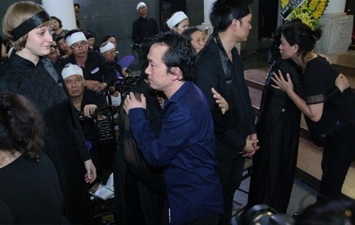 Trong tang lễ của nhạc sĩ Thuận Yến – bố Thanh Lam, Quốc Trung và bố mình đều có mặt. Nhạc sĩ thể hiện sự chia sẻ bằng cái ôm và những lời hỏi han, động viên vợ cũ.