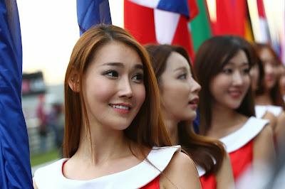 Gadis Korea Berjubah Merah Putih