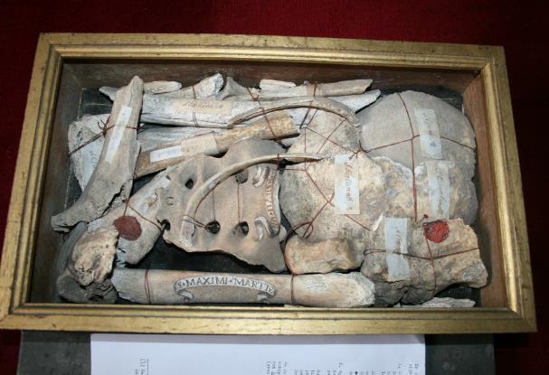 """Μεταλλική λειψανοθήκη με ιερά λείψανα αγίων και μαρτύρων """"δεμένα"""" με ειδικές σφραγίδες."""