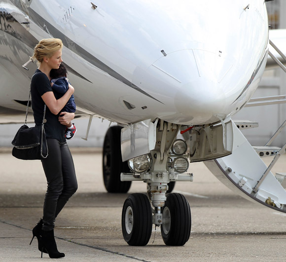celebrities-at-the-airport-charlize-theron