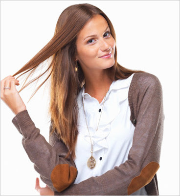 mulher mexendo no cabelo sinais corporais do desejo feminino linguagem corporal
