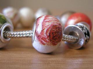 decoupage - pandorka drewniana (czerwona róża)