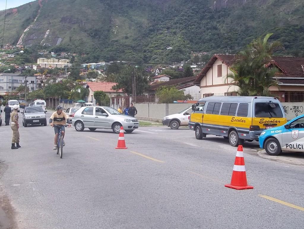 Guarda Municipal e Polícia Militar fiscalizam os permissionários que prestam o serviço de transporte escolar