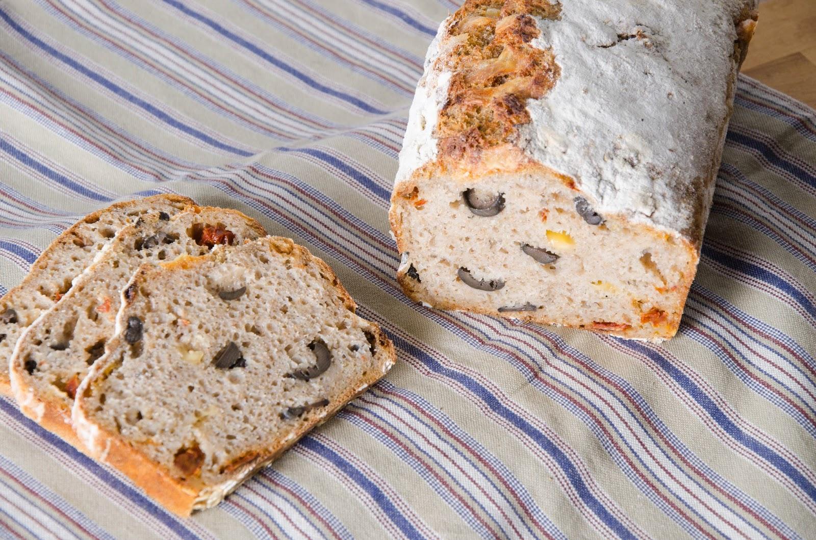 Chleb ziołowy z oliwkami, suszonymi pomidorami i żółtym serem