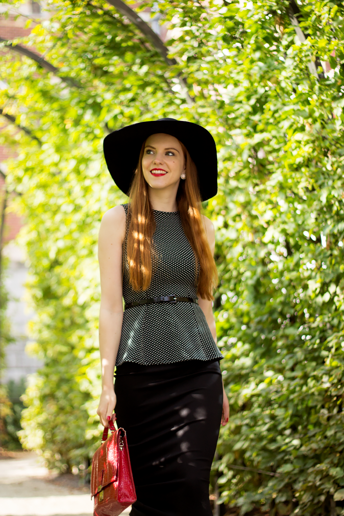 Vintage Fashion Blogger Outfit 50s Style with a peplum top, midi pencil skirt and floppy hat