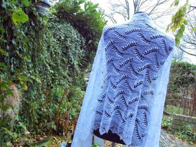 TE KOOP: sneeuwwitte bruidssjaal.