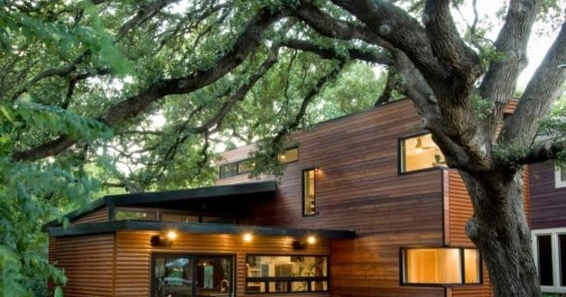 desain rumah taman unik dengan dinding kayu dua lantai