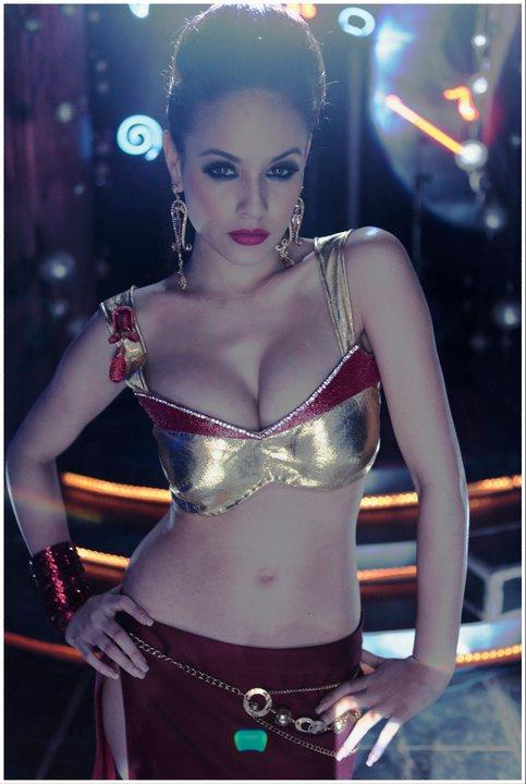 Caterina Lopez in Bhendi Baazaar Inc