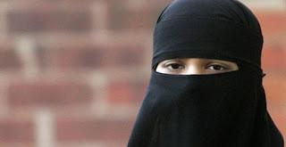 أرتدى النقاب للتحرش بالفتيات .. فتم التحرش به 2144251274wz4vqfqs.jpg