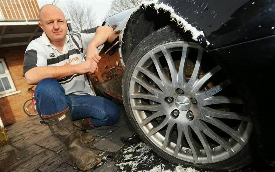 Ao chegar em casa o dono se deparou com seu carro parcialmente roido