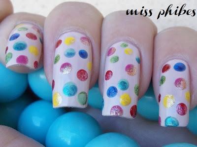 Nail art polka dots