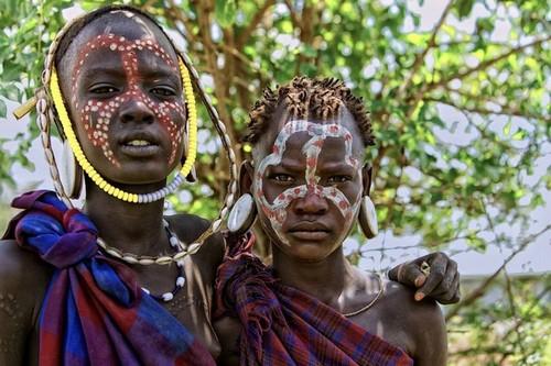 Tribu en Etiopía - adolescentes Mursi