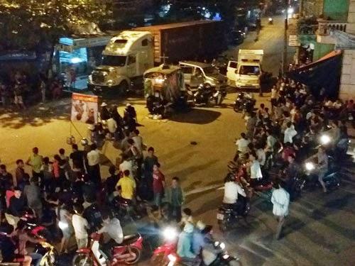 Có mặt tại hiện trường, Thanh Niên ghi nhận hàng trăm người dân hiếu kỳ tập trung tại đây (ảnh).