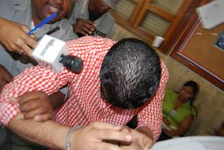 Parientes de Ubri Bocio golpean a presunto asesino tras audiencia