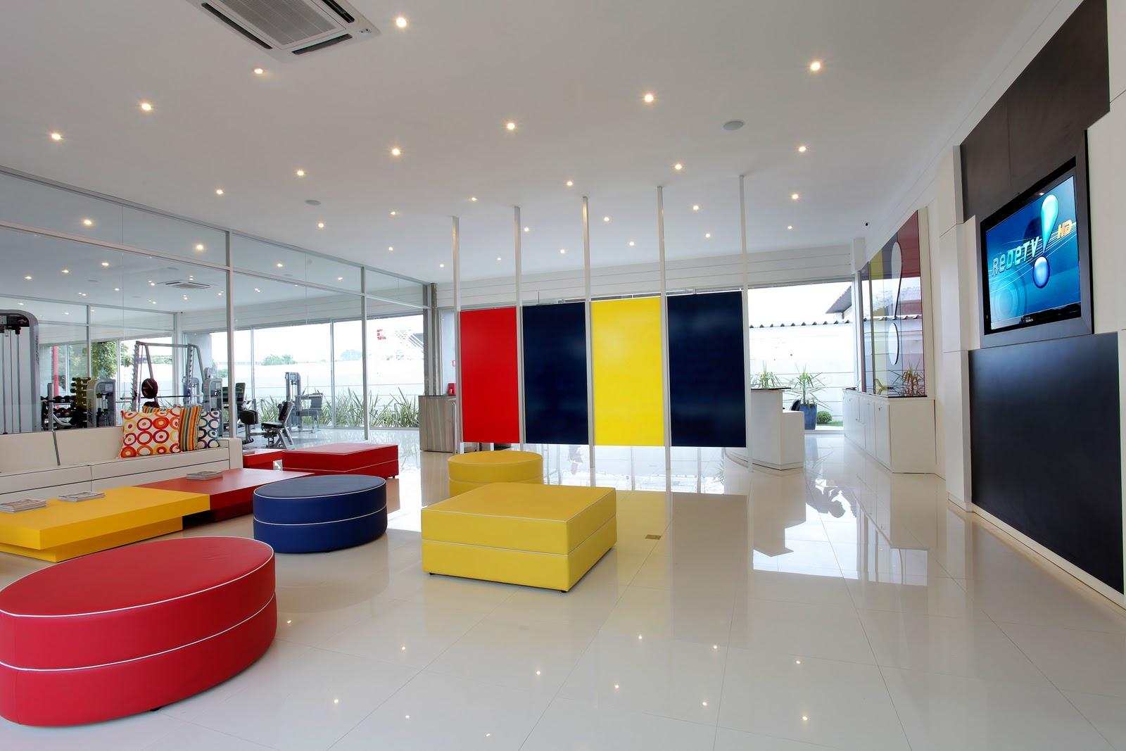 Área dos banheiros com divisórias em vidro coloridos porcelanato  #AC1F2B 1600 1067