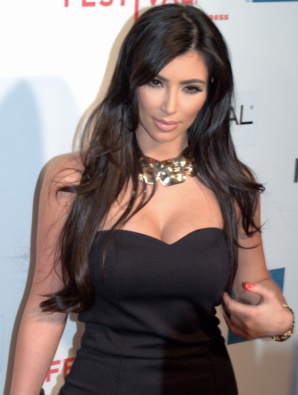 Kim Kardashian Wavy Curls 02