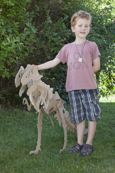 squelette de T-rex découpé dans du carton de récupération