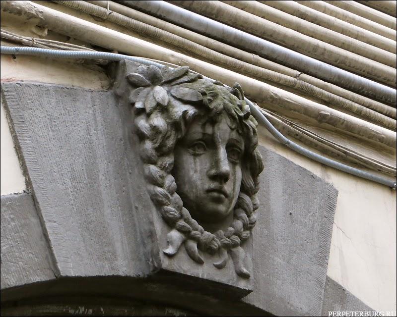 Маскарон - Дом Бенуа со стороны Кронверкской улицы, 29, во дворе