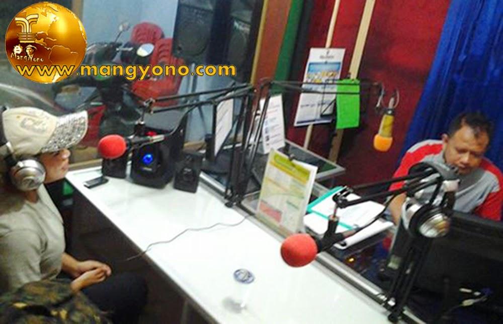 TalkShow Album di GSP Pamanukan : Dari kiri Kang Coco ( Pemandu siar GSP ). Lurah Bu Yuli Merdeka Wati ( Pelantun tembang / lagu BPJ )
