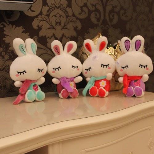 Boneka dengan bentuk kelinci unyu sebagai pemanis ruangan.