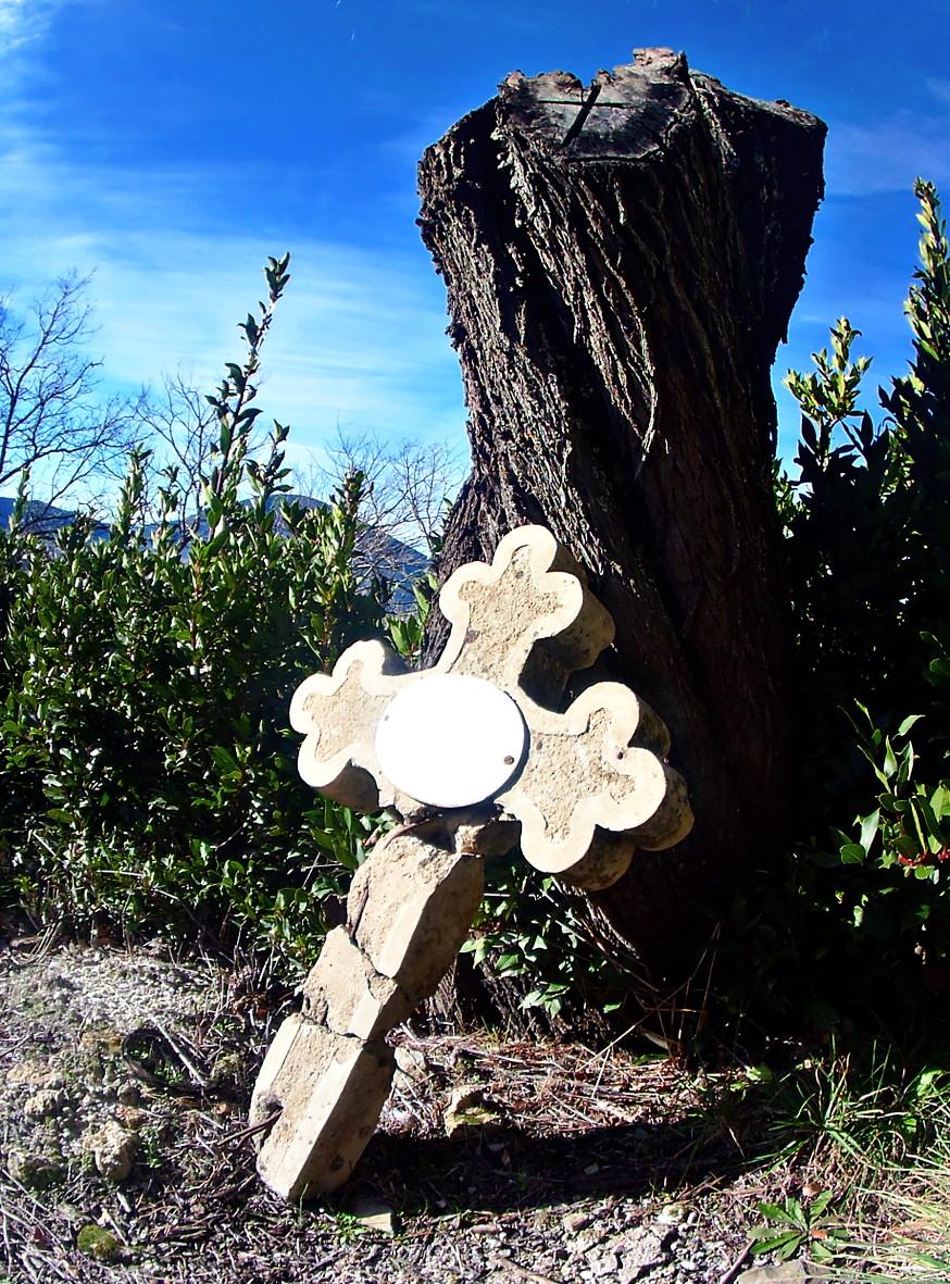 Morillo de Monclús Cruz en el cementario