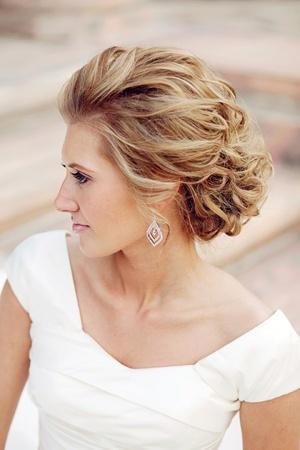 La tendencia de moda en peinados de fiesta es hacia un estilo muy natural, juvenil, desenfadado y lucir una melena larga y cuidada.