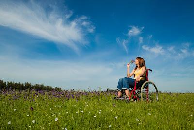 Mujer en silla de ruedas con discapacidad