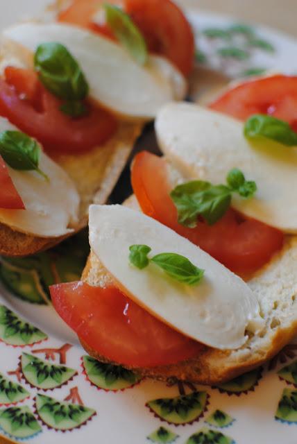 recept, macka, mozzarella, tomat, basilika, picknick