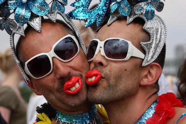 Να έχετε το νού σας όλοι εσείς οι αλληλέγγυοι των Gay Parade! Στην Ινδία, στην Αφρική και στους Ισλαμιστές η ομοφυλοφυλία τιμωρείται παραδειγματικά...Και στην Ελλάδα έχουμε εκατομμύρια Ινδούς, Αφρικανούς και Ισλαμιστές...