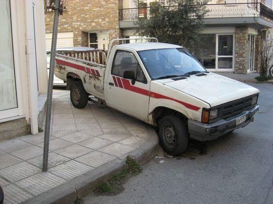 Στραβοπαρκαρισμένα να ενοχλούν και πεζούς και οχήματα