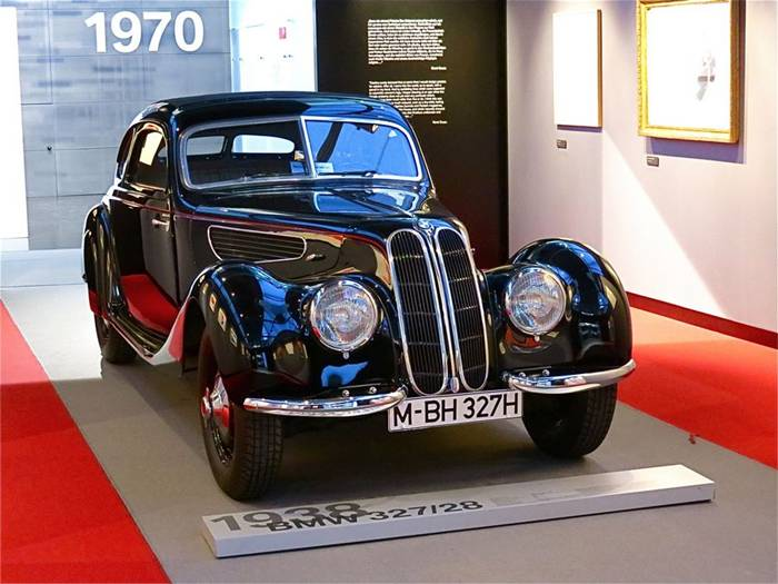 Munich – the capital of Bavaria, tourists rush to not only see the sculptures, fountains and traditional values, but also to touch the history of the Bavarian automaker. Ignites interest and the fact that the museum was a place near the BMW plant and central office building.
