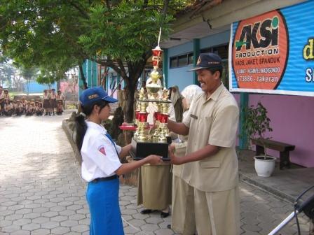 Menerima Piala DRD Kota Madiun