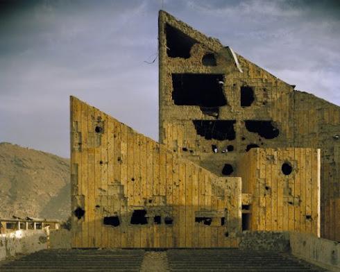 """Fotografía. Simon Norfolk. Antiguo """"Palacio de la Cultura"""" de la era soviética, Kabul, 2001."""