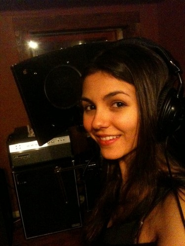 Victoria Justice Without Makeup : Fashion More Style