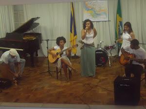 Bira  Reis (percussão),Denize Porto (violão), Kelly Mattos (voz)