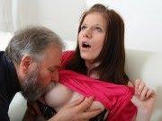 Corôa fazendo sexo com novinha linda