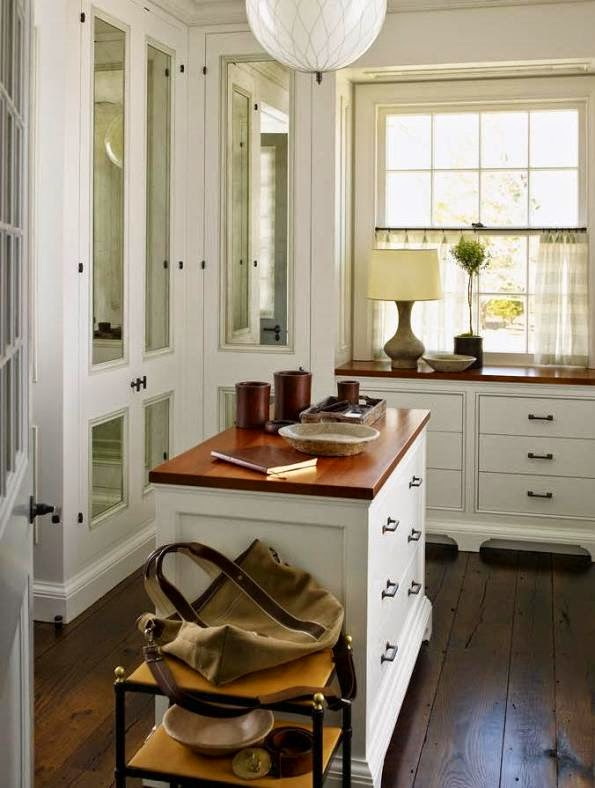 vestidor blanco y suelo de madera