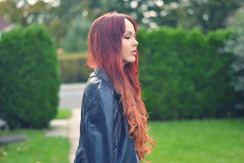 Herbst_Outfit_Rock_unter_Pulli_im_Herbst_Lederjacke_lange_rote_Haare