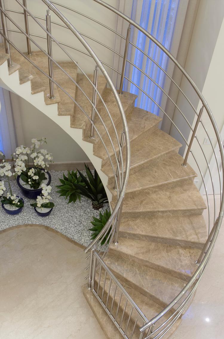 escada para o jardim:Casa com arquitetura e decoração contemporânea e clássica – linda