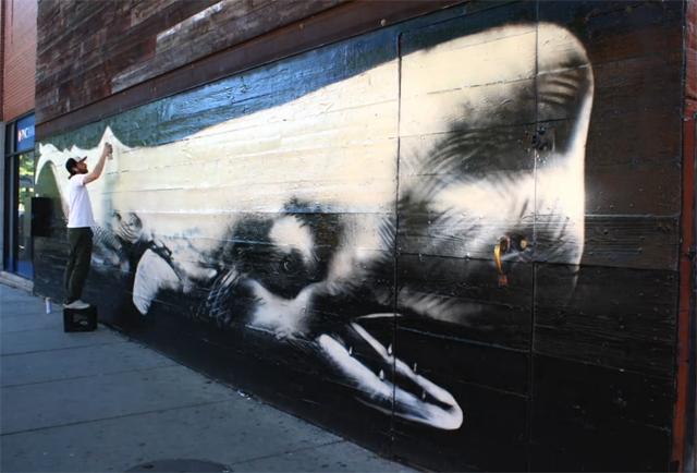 Artista pinta baleia cachalote em mural