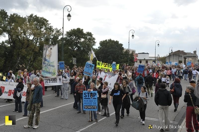 traversée du pont sur le jabron à montélimar durant la manifestation du 19 octobre photo blachier pascal