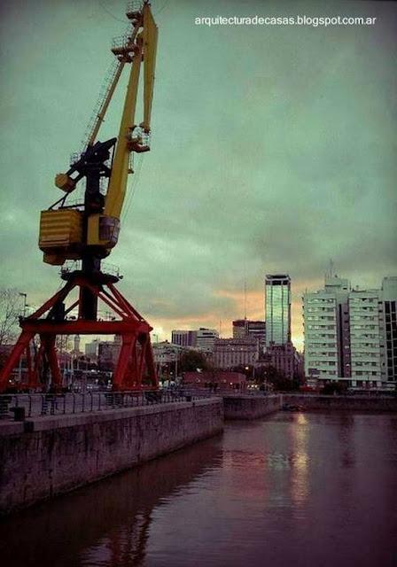 Sector del dique 4 de Puerto Madero, grúa reciclada